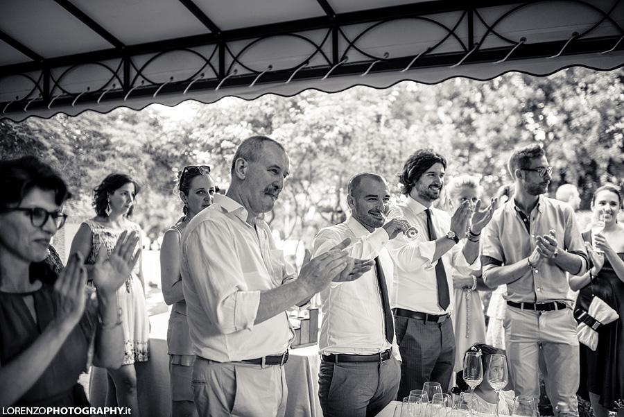 invitati applaudono matrimonio